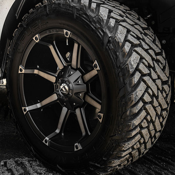 Fuel D556 Coupler Black And Machined With Dark Tint Wheels